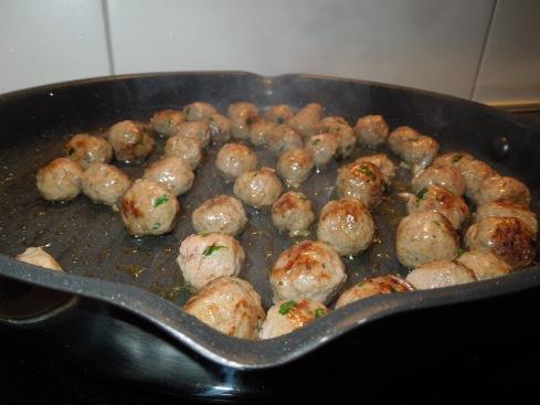 Eine Pfanne voller Meatballs