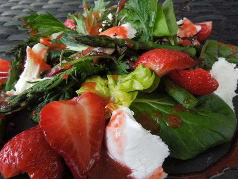Lauwarmer Spargelsalat mit grillierten Erdbeeren