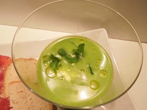 Eisgekühlte Erbsli-Gazpacho