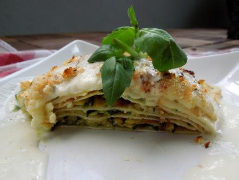 offene Zucchini-Pesto-Lasagne mit Gruyère-Schaum